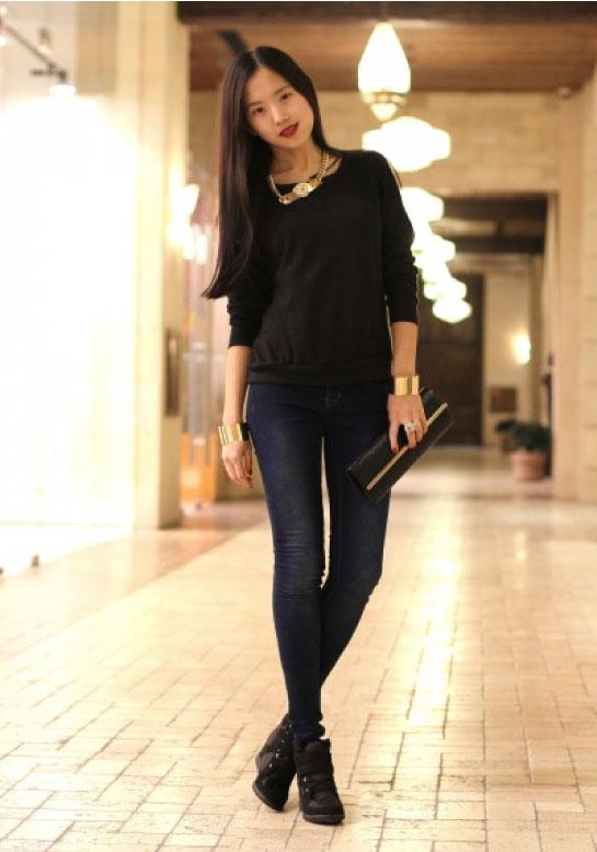 2676e1c54067c Pour un look sportswear travaillé, privilégiez un tee-shirt col V. Pour un  look de working girl glamour, choisissez plutôt une chemise en matière  noble ...